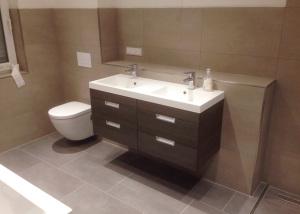Badezimmer mit grau-beigen Fliesen