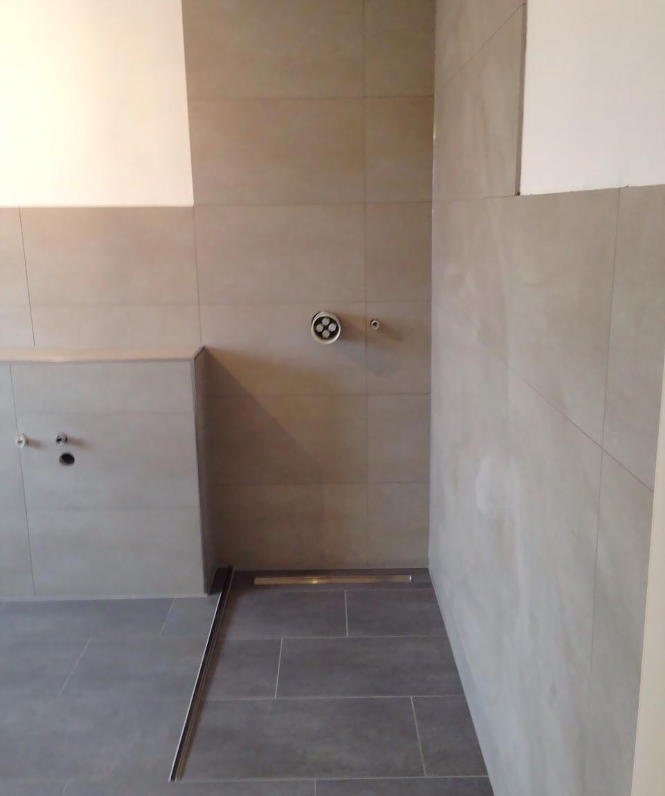 Badezimmer Mit Grauen Fliesen: Großes Bad Mit Begehbarer Dusche