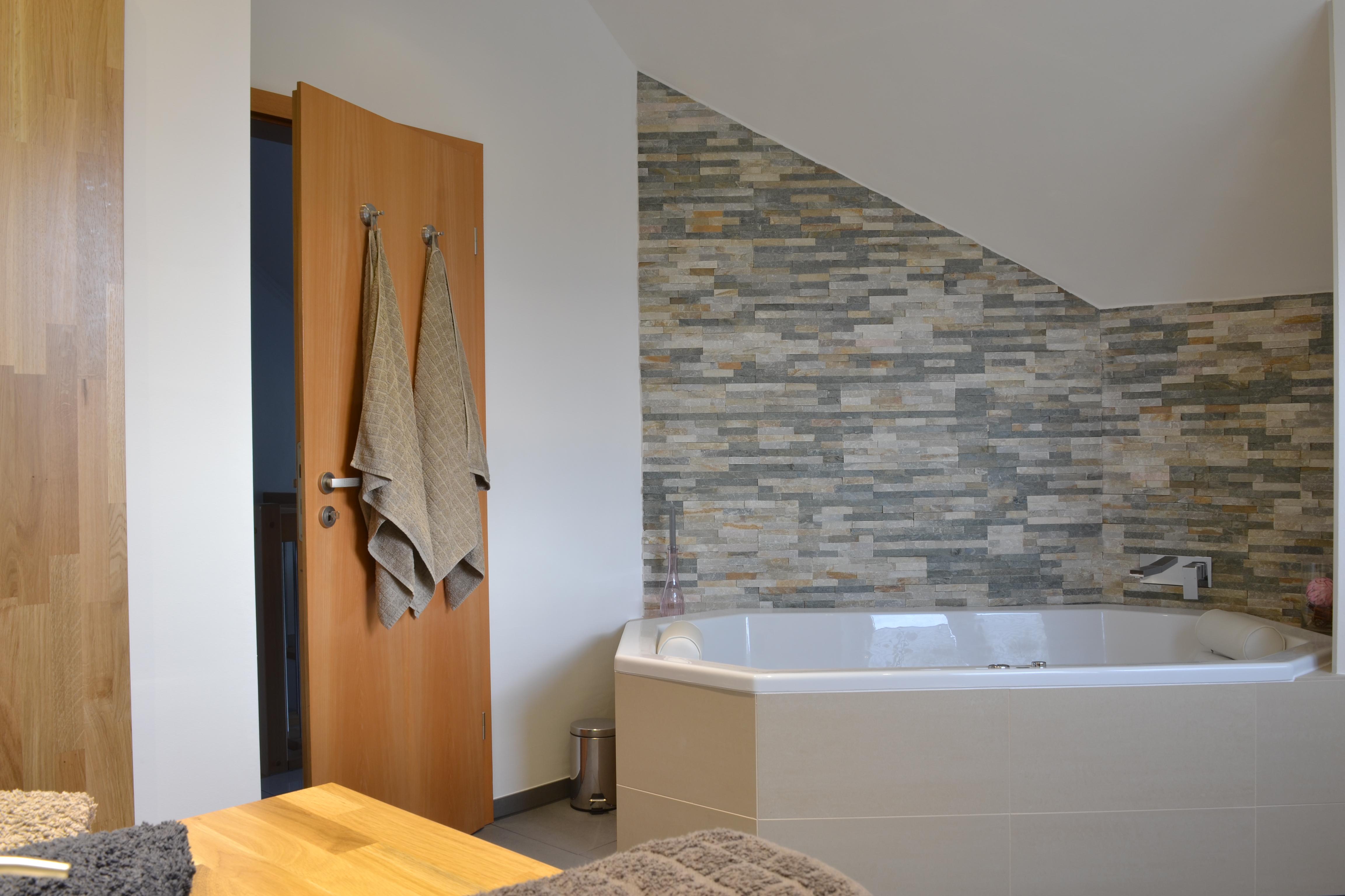 Badezimmer Natursteinwand