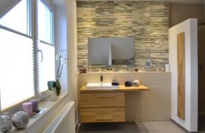 Waschbeckenstellwand und Natursteinverblendung