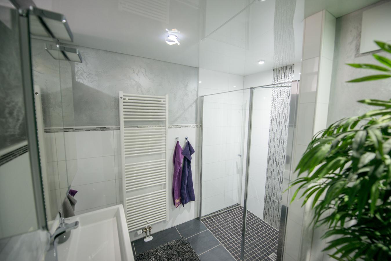 hochglanzbadezimmer gl nzender auftritt wintersohle fliesendesign fliesenleger aus br hl. Black Bedroom Furniture Sets. Home Design Ideas