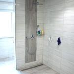 Begehbare Dusche mit großen Bodenfliesen