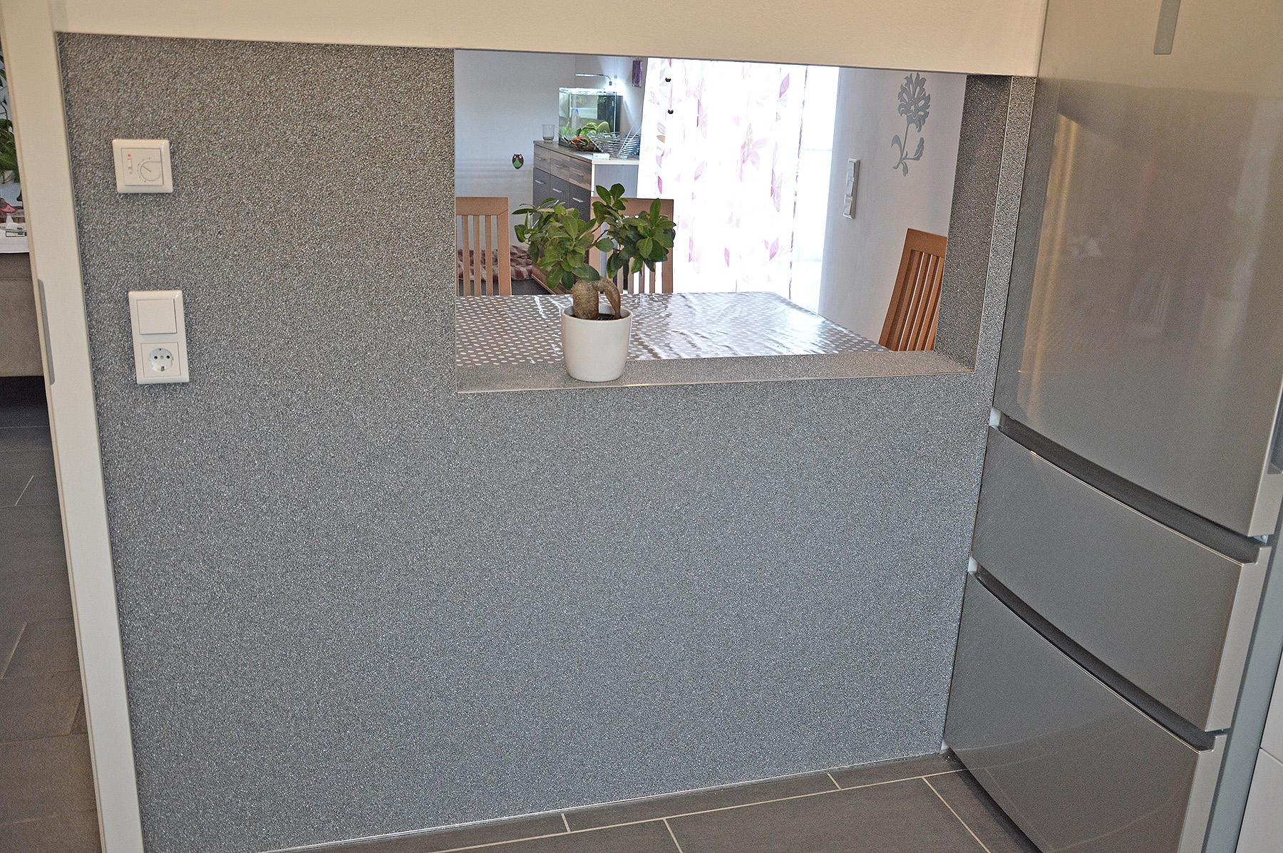 Steinteppich an der Wand in der Küche