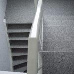 Steinteppich auf alter Holztreppe
